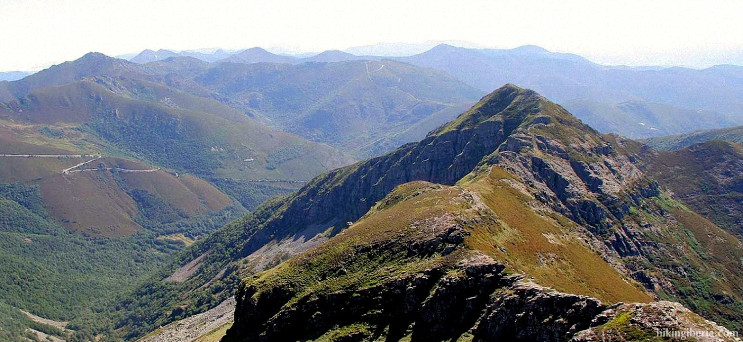 Aussicht auf die Peñas Apañadas ab dem Pico Cuiña