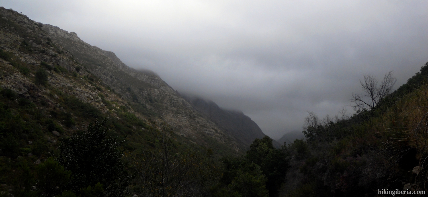 Wolken boven de Rio Homem