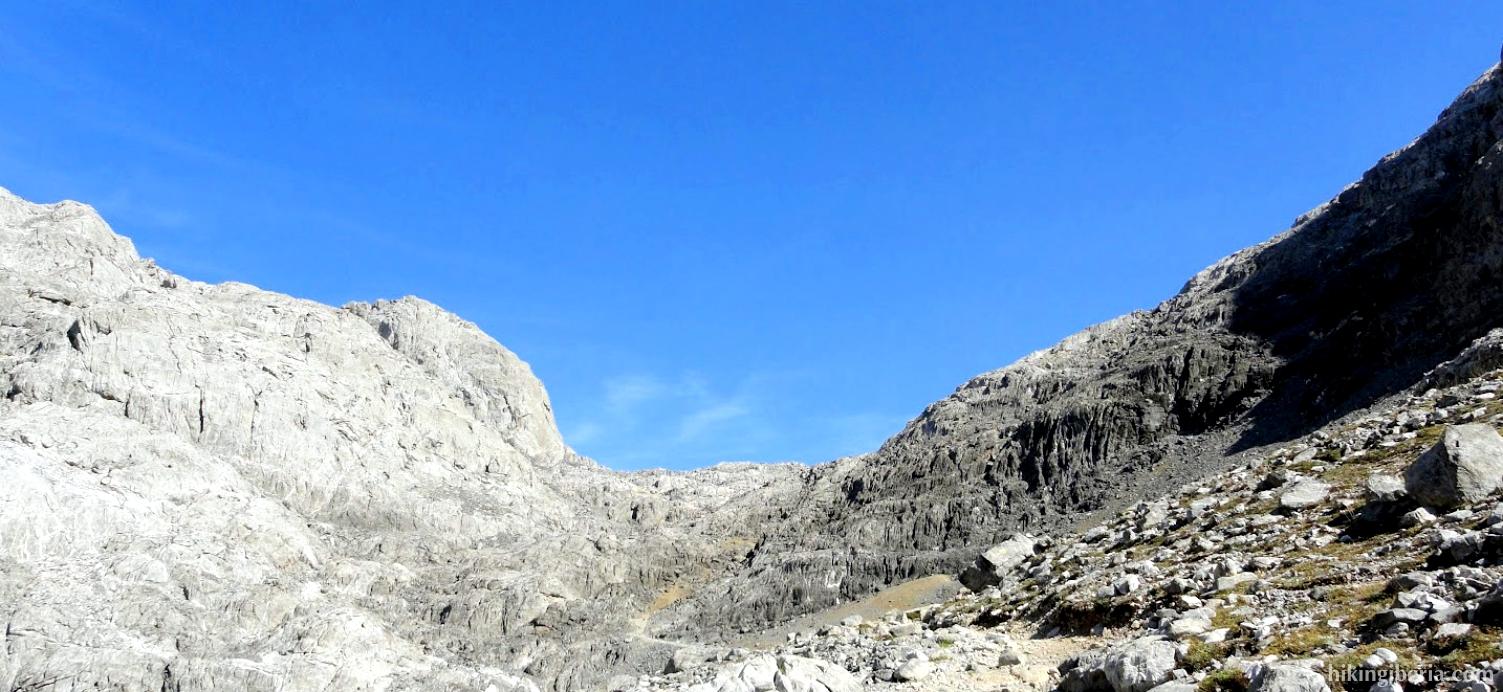 Trail to the Collado de los Horcados Rojos